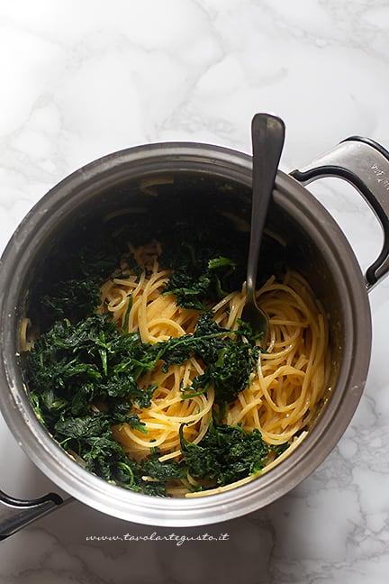 mescolare gli spaghetti con gli spinaci- Ricetta Frittata di pasta e verdure