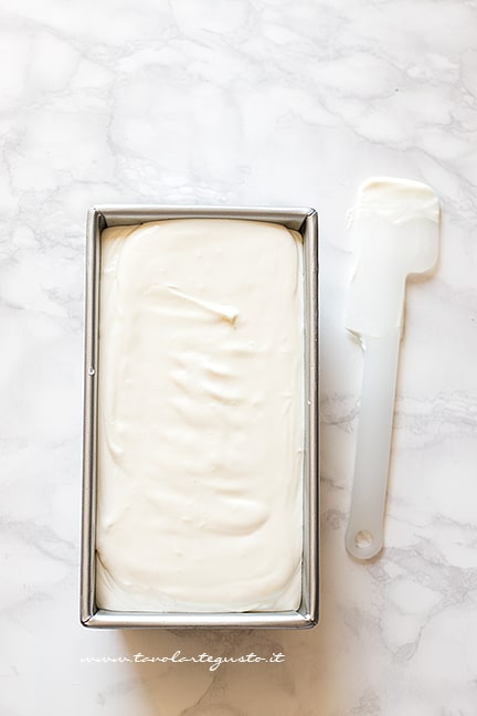 Inserire il composto in uno stampo da plumcake - Ricetta Gelato fiordilatte