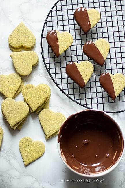 glassare i biscotti al pistacchio con cioccolato