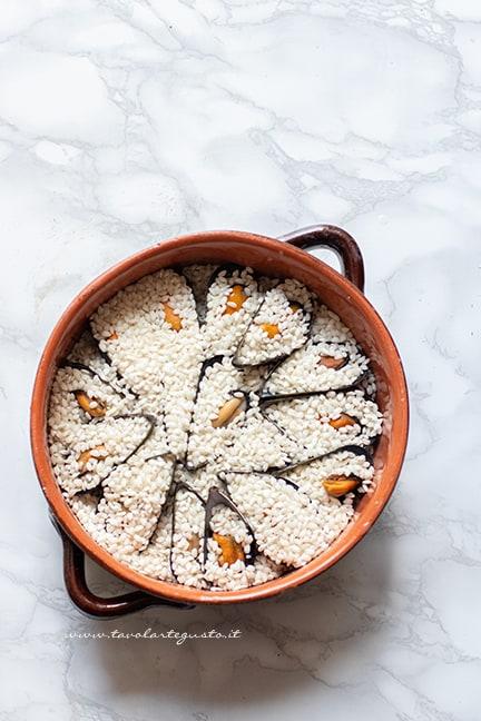 aggiungere il riso nella tiella barese