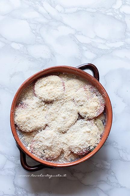cuocere la tiella di riso patate e cozze