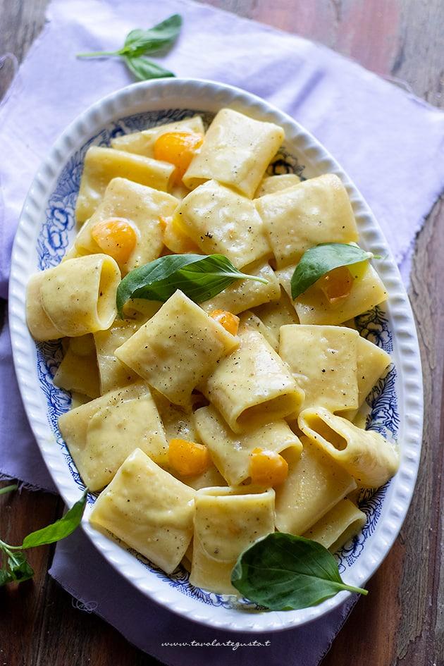 Pasta con crema di pomodorino giallo e pecorino