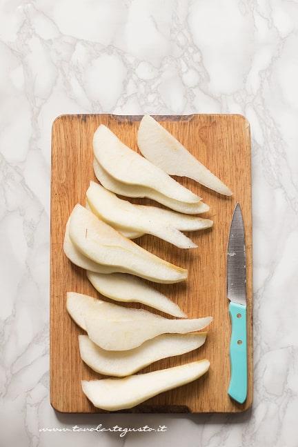 preparare la frutta per la crostata pere e cioccolato
